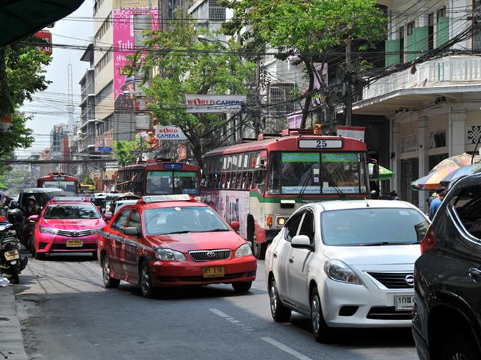 ▲バンコクは世界有数の交通渋滞の街として知られています。それだけに、交通手段も様々なものが存在しています。その様相はまさに混沌という言葉が似合う状態です