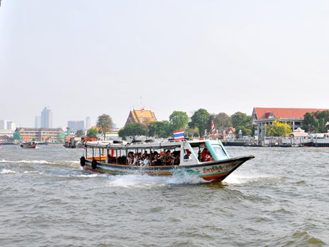 ▲チャオプラヤ川は流れも穏やかで川幅も広いので、ボートにはぴったりの川です。写真のボートはおそらく定期便ではなく、チャーター便です