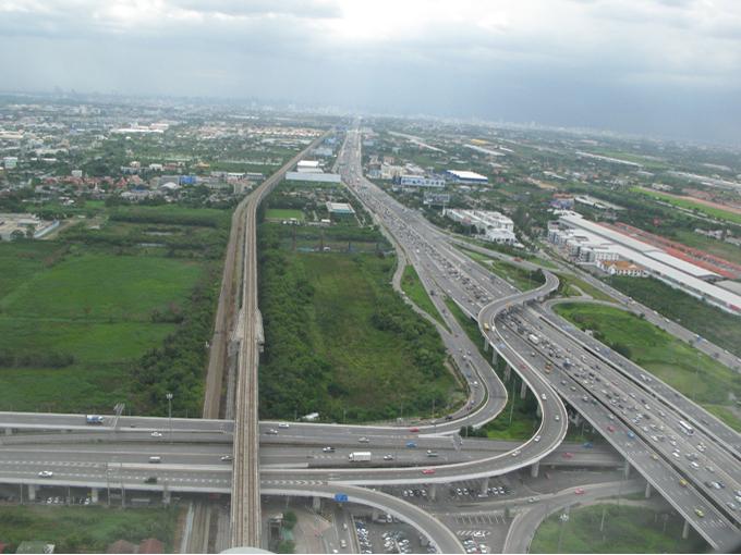 ▲タイのスワンナプーム国際空港着陸時に撮ったもの。左側の直線的な路線はARL(エアポートレールリンク)という電車の線路。高速道路は比較的発展しています(2013年撮影)