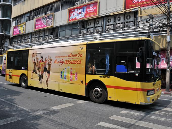 ▲エアコン付きのバス。日本の路線バスと比べると前後ともにオーバーハングが大きい印象。ウインドウフィルムは必須アイテムなのかもしれないですね