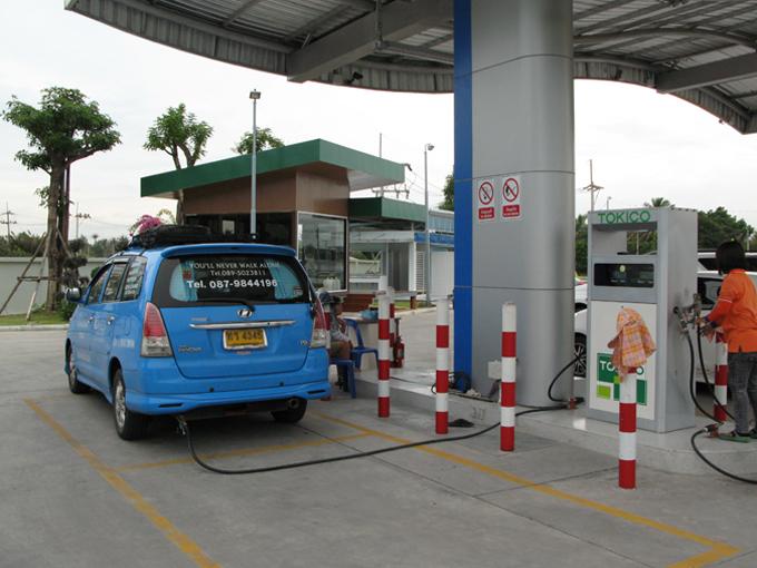 ▲スタンドでCNGの補充をするタクシー。郊外や高速道路のスタンドには、よくコンビニエンスストアやコーヒーショップが併設されています(2013年撮影)