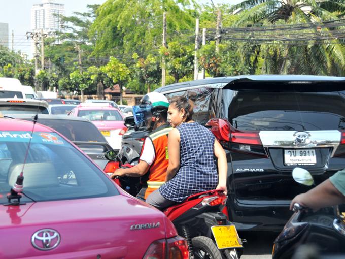 ▲渋滞をものともせず、車と車の間を縫うように走って行くバイクタクシー。目的地が近ければ、早く到着するためには最も確実な手段ですが、安全性には疑問が残ります