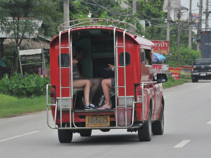▲2013年に地方都市で撮影したソンテウ。ベース車は様々なトラックが使われていています。トラックですので当然乗り心地はよくないのですが、短距離利用がほとんどなので我慢できます