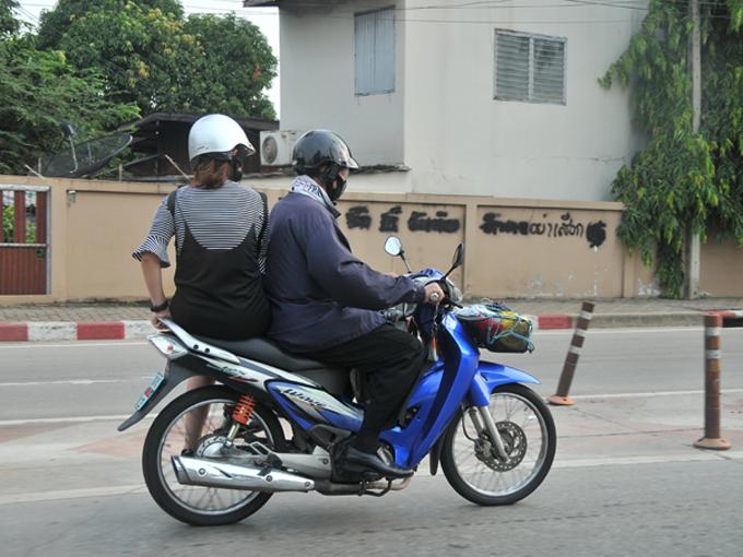 ▲スカートの女性はバイクにまたがることはしないで、横乗りで後ろに乗ります