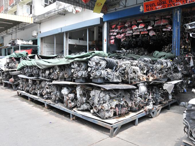 ▲中古パーツ街に積み上げられた各種パーツの数々。あらゆるパーツがこの一帯で手に入る