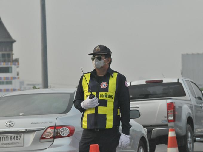 ▲バンコクで交通関係を担当する警察官はサングラスとマスクが必需。高速道路でも生身で立って、交通整理や監視を行っている