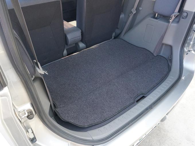 ▲3列目シートを出すと荷室スペースも狭いですが、5人乗りになれば荷室も広々確保できるので、使用するシーンを想像して車は選ばなきゃなと痛感しました