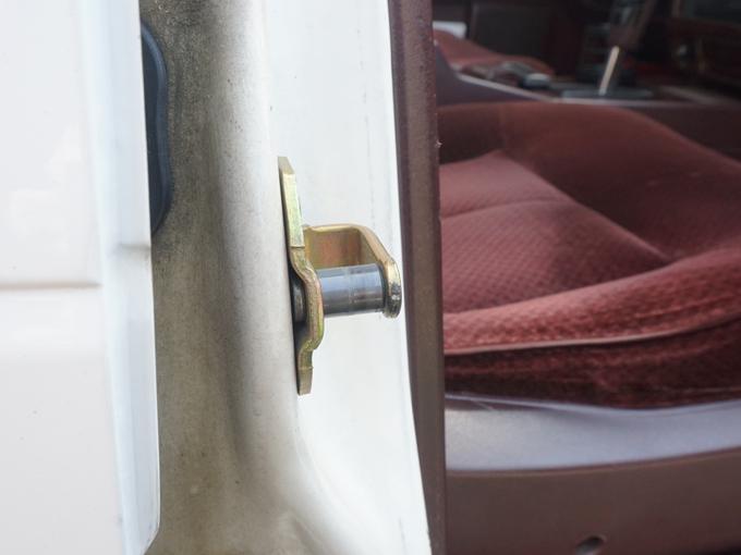 ▲こだわりはドアの閉まり具合にも及びます。ドアヒンジの小さな部品を交換すると、閉まりが良くなるそうです。実際に開閉すると、何とも高級車っぽい音と感触でした