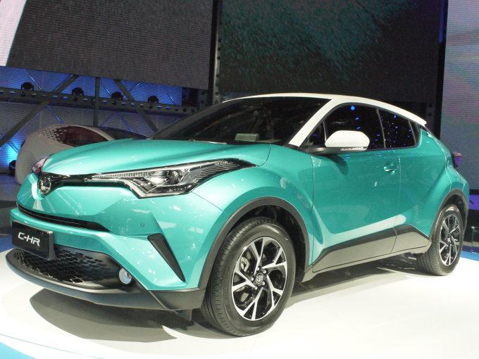 ▲現地生産されるということもあるのか、現地生産されることもあり、時間がかかるのはしかたないかもしれないが、ようやく中国市場にC-HRがデビュー。写真は広汽トヨタのC-HRで、一汽トヨタによるバッジ違いの双子モデル、イゾアも発表された。日本にはない2LのNAを搭載