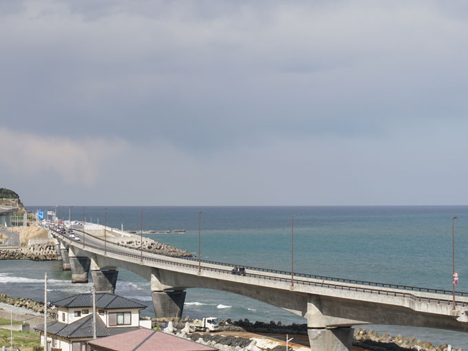 ▲海をまたぐ国道6号バイパス。コバルト色の海が眺められ、走ると最高に気持ちが良い!