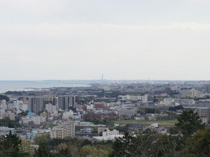 ▲工場が広がる先には太平洋が広がる。街と自然が共存する、美しい眺めだ