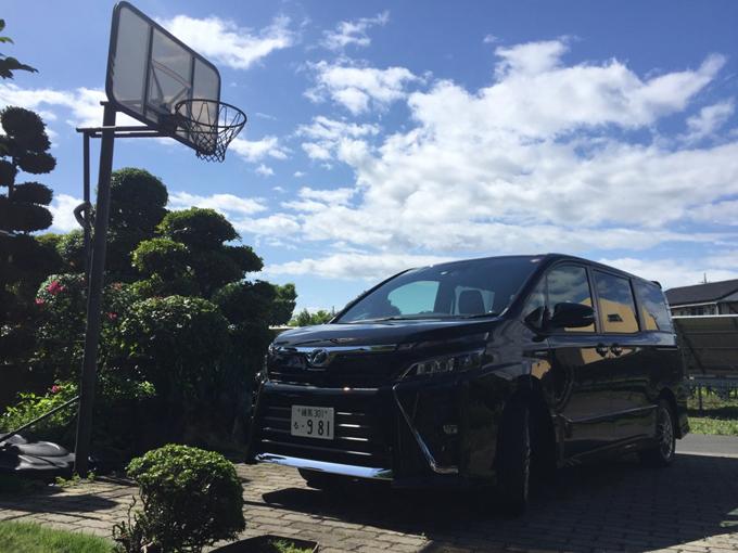"""▲今回のドライブに付き合ってくれたのはトヨタ ヴォクシー(現行型)。東京から合わせると、5時間以上のドライブでしたが、視界良好、小回り抜群、シート肉厚、室内広々で全く疲れませんでした。写真は取材先で見つけた""""映え""""スポットなので高崎の観光地ではありません(笑)"""