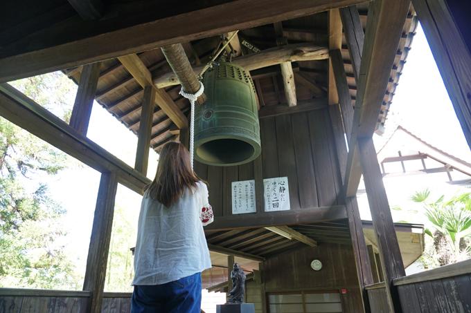 ▲本堂に上がる手前に鐘が。既定の時間内であれば誰でも無料で突けるというので、心静かにゆっくり2回