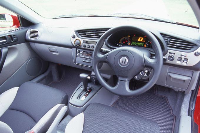 ▲ドライバーが操作しやすい集中一体型のインストルメントパネルを採用している。写真はATだが、燃費性能向上のためにMTモデルも設定されていた