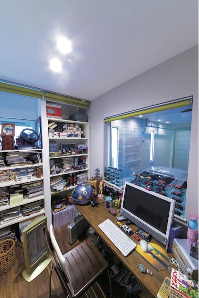 ▲隠れ家的な雰囲気満載の書斎。正面は年代モノのカタログの山