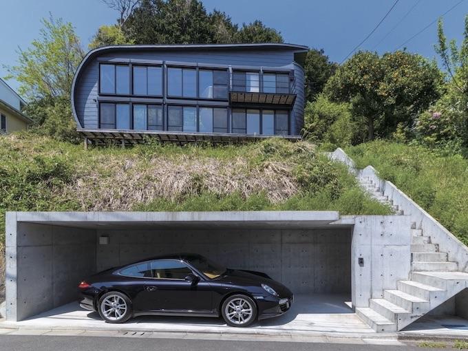 ▲特徴的な外観をもつK邸だが、ガレージにポルシェ 911が収まることでそのデザインは完成する。みごとに調和する理由は、どちらも機能美を徹底的に追求した結果生まれたプロダクトであるという点