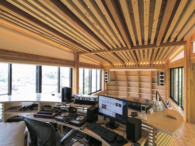 ▲リビングルームの大スピーカーは、鶴田さんが音響の専門家に依頼したワンオフもの。これらの操作は2階にあるDJラウンジでコントロールする。PCやターンテーブルなどプロ仕様のシステムが並ぶ