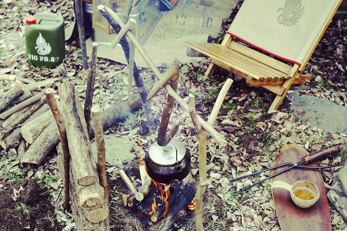 ▲野趣あふれるキャンプサイト。自作の道具も多い