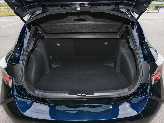 ▲1.8L HV ボディカラーはブラキッシュアゲハガラスフレーク。濃紺な感じでステキです。ラゲージも結構広~い!