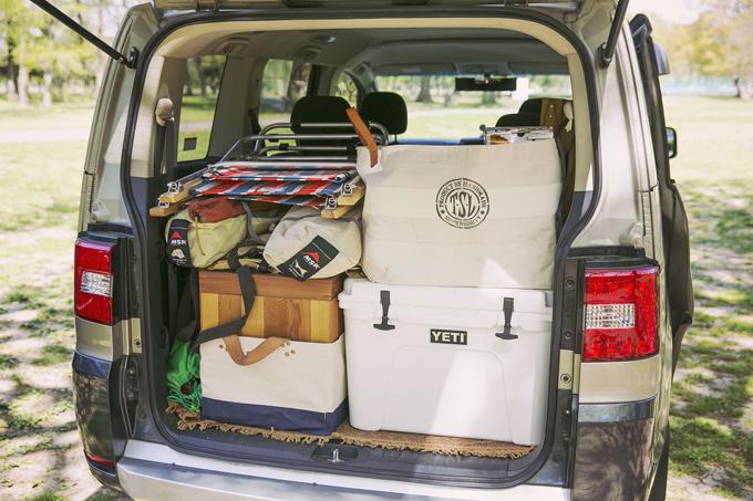 ▲キャンプ道具を満載するときだけ、跳ね上げ式の3列目シートを取り外している。大きく重いため、部屋に置いておくと、とてもかさばるらしい