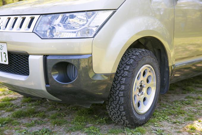 ▲アウトドア向きの車を買うにあたり、当初はメルセデス・ベンツのトランスポーター(商用車)を真剣に考えたそうだが、奥さまの「日本車がいい」との助言で三菱デリカD:5に。タイヤをオールテレーン(4WD用の全天候タイヤ)に替え、デザインで選んだというアルミホイールを履かせている。近々フォグランプを付ける予定