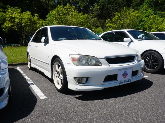 ▲白のボディに白のホイールが似合うオーテッツァさんの車。実は私、別のカーイベントでこの車を見かけて気になっていたんです。まさか実際に会えるなんて……単一車種ミーティング恐るべし!