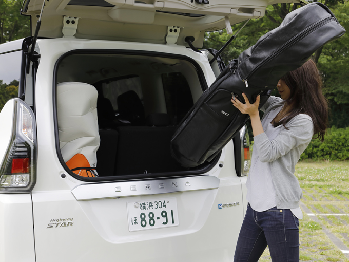 ▲ガラスハッチの開口部が大きいので荷物も取り出しやすいですよ。実際、ゴルフバッグをこんなふうに出し入れする人はいないと思いますが!