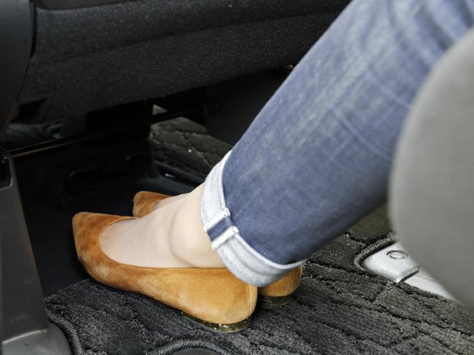 ▲荷物をそれなりに積んだ想定でステップワゴンのセカンドシートに座って足を伸ばしてみました。助手席シート下の空間がどれだけあるかで結構快適性って変わるなぁと思いました