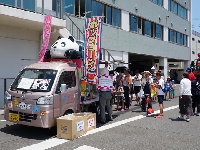 ▲パンダカー(ダイハツ東京販売)ではポップコーンやわたあめを配っており小さいお子様が沢山集まっていました!