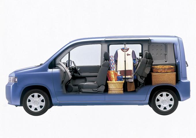 ▲リアシートを跳ねあげた際の活用例。荷室は荷室で独立してきちんと使えて素晴らしい!