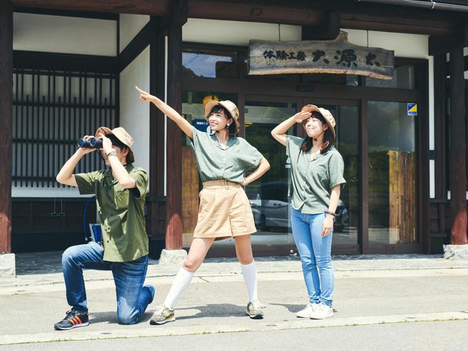 ▲イエス! そのとおり! かえ探検隊は常に一致団結しているのだ! 今回の隊員は、引き続き隊長のかえひろみ(中)、カーセンサー編集部の神崎隊員(左)、2018年5月末までマネージャーを務めてくれた小泉隊員(右)の3名だ。まだまだ湯沢町には探検スポットがありそうだぞー!※ロケは5月中旬