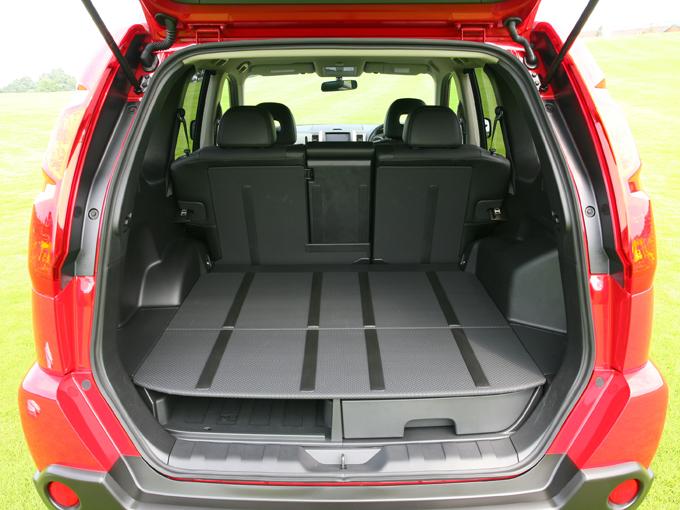 """▲荷室床は""""ダブルラゲッジ""""という二重床になっていて、アンダートレイを装備。トレイを外して床面を下げることもできます"""