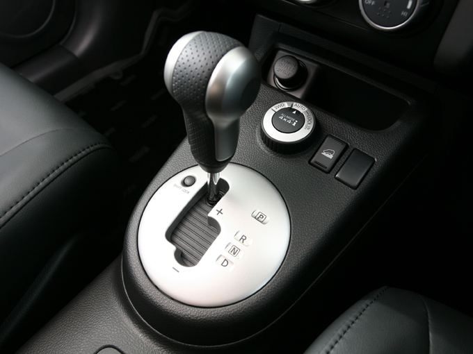 ▲ディーゼルにはガソリン車と同じCVTではなく、マニュアルモード付き6速ATが用意された