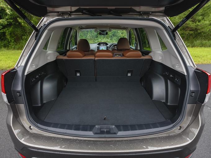 ▲スノーボードやキャディバッグなど長い荷物も縦置きで積載可能。トランクルームには2口の電源ソケットがあり、後部座席がワンタッチで水平になるなどアウトドアでの使い勝手が考慮されている