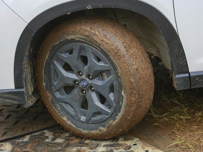 ▲オフロードスタート前のタイヤ。オールシーズンタイヤの溝には軟らかくなった泥が入り込み、グリップ力はほぼ期待できな以状態だった