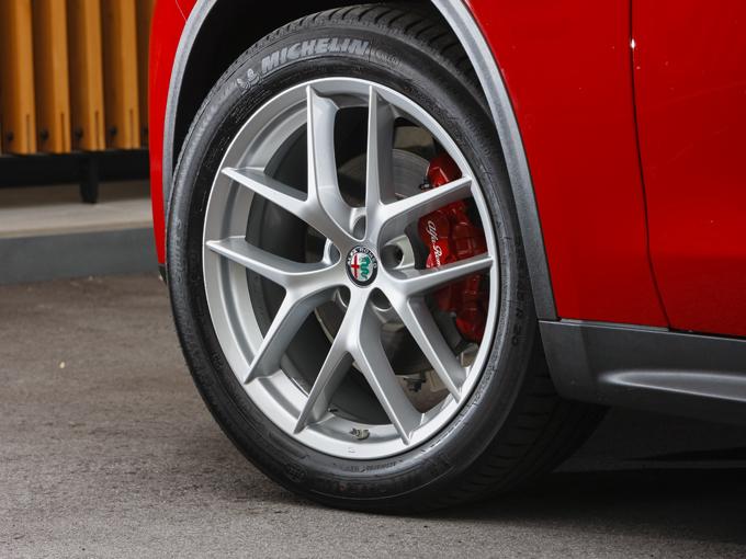 ▲ファーストエディション専用20インチアルミホイールとレッドのブレーキキャリパーにより精悍な足元のデザインです