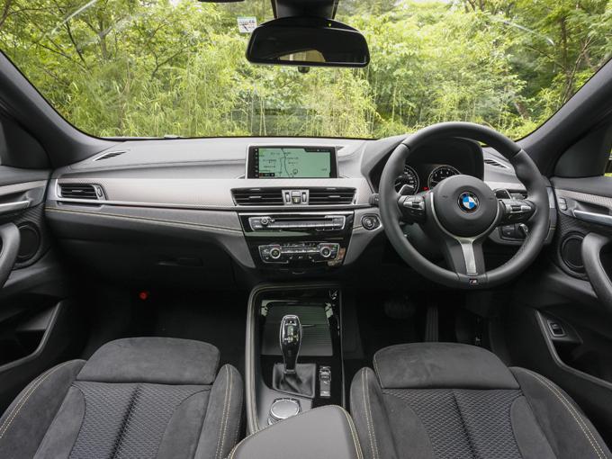 ▲ドライバーへ向けられたインテリアデザインはBMWの普遍のメッセージ。SUVでありながら、良い意味で重厚感がそぎ落とされている