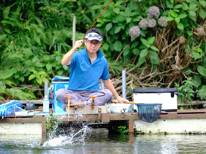 """▲20代からヘラブナを釣り始め、そのキャリアは20年以上。""""ヘラブナ界""""では有名で、釣りをしていると声をかけられることもしばしば"""