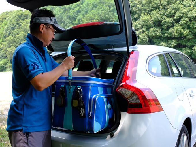 ▲その日のコンディションによって数種類の材料をブレンドして餌を作るため、ヘラブナ釣りには大きなバッグが必要。荷室が広いこともV60を気に入った要因だ