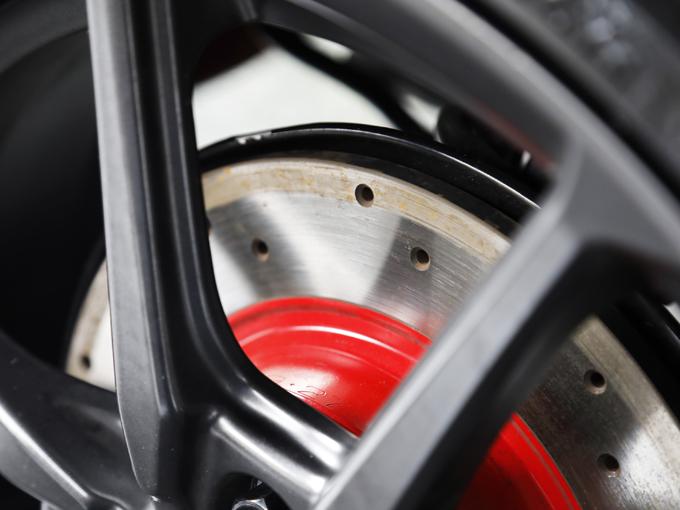 ブレーキディスクは、放熱性に優れるドリルドローターを採用している