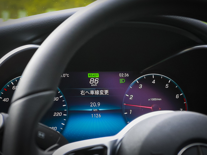 ▲ドライバーがウインカー操作のみ行えば、車が勝手に車線変更を行う「アクティブレーンチェンジアシスト」。もはや人間のようなブレーキングで不快感は全くない。雨天でもきちんと車線を認識し、スムーズに誘ってくれる