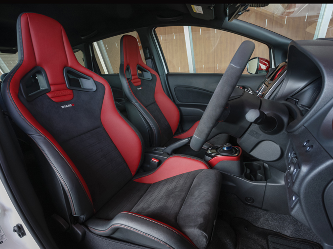 ▲専用のレカロ社製バケットシートによって加速や横Gに対しても身を預けやすく安心感が高められている。そして乗り心地もすこぶる良い