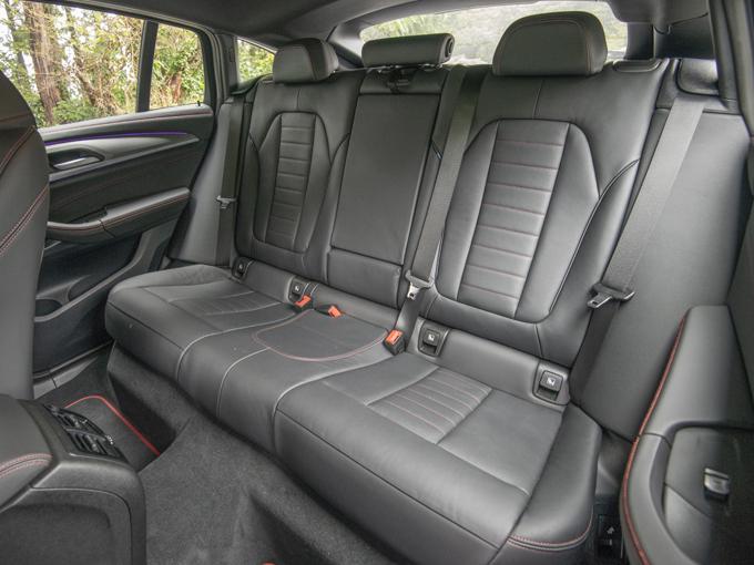 ▲全長をプラス80mmとわずかな伸びにとどめながら、足元スペースを拡大させ2列目の居住性が大幅に向上している。窓の小ささ以外はクーペスタイルの車に乗っていることをほとんど感じさせない