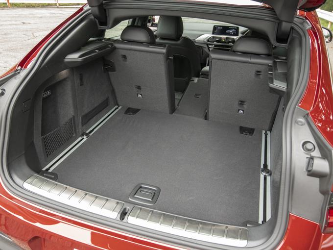 ▲大容量のラゲージルーム。2列目シートはすべて倒すことができるが、中央のシートのみを折り畳むことも可能。4人乗車時で長モノの荷物があるときには役立ちそう