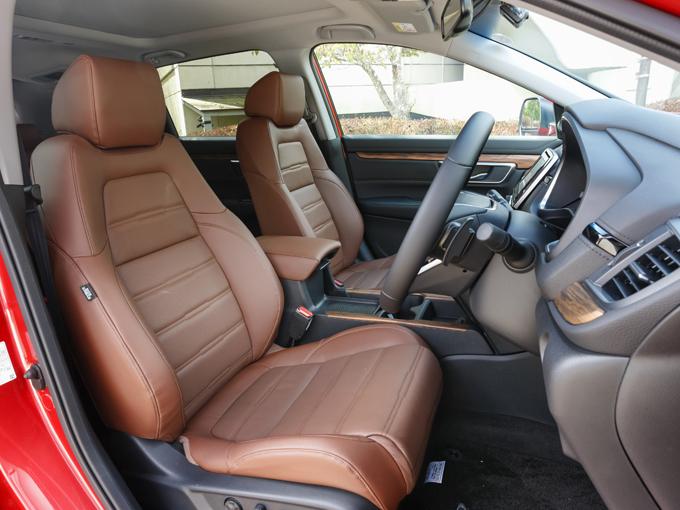▲レザーシートの張り具合も高価な欧州車っぽいエッセンスで、価格以上の満足感がユーザーにも伝るはず