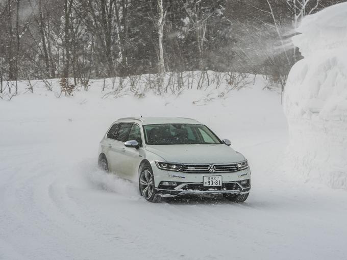 ▲しなやかに動く足は、路面追従性の良さにもつながっており、雪上走行においても柔らかい路面にしっかりと足をつけているといった印象をもった。雪のような滑りやすい悪路を普通に走るには、こういった良く動くサスペンションセッティングが路面追従性を増し、滑りを抑制するのだ