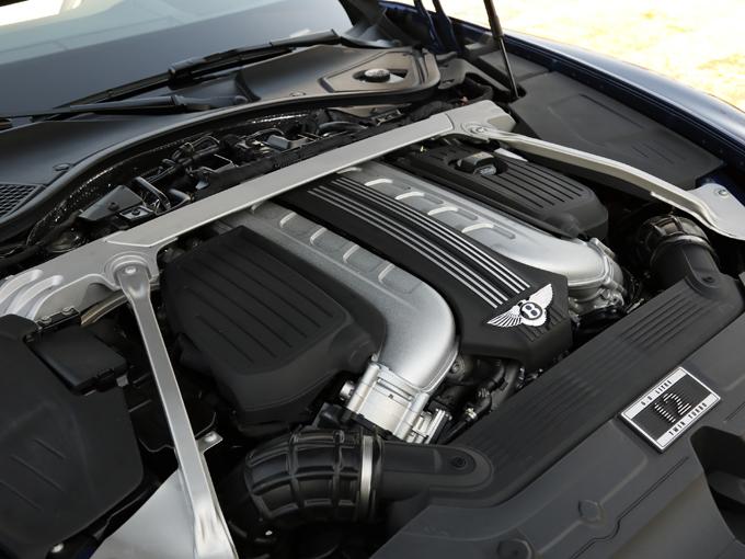 ▲6.0L W型12気筒エンジンを採用。エンジン負荷が小さいときは半分の6気筒を休止させて走っている