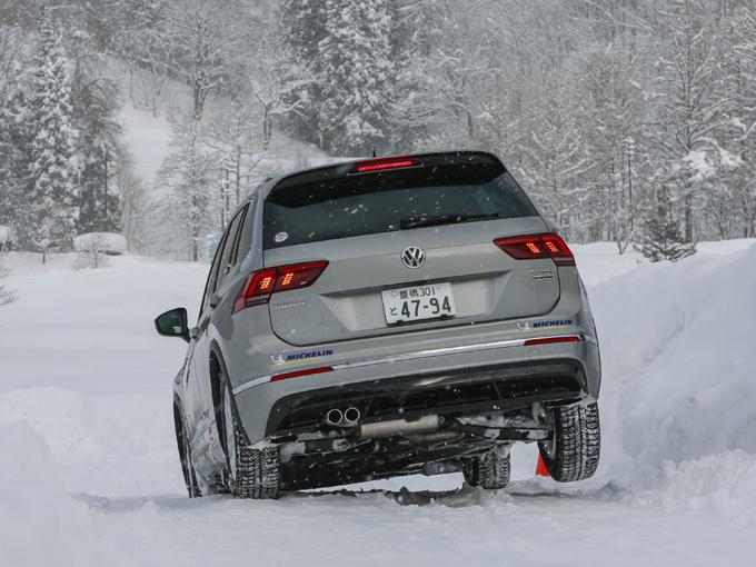 ▲雪の凹凸路をゆっくりと進む。片輪が浮くような状況では、接地している車輪の駆動力だけを使って脱出しなければならない