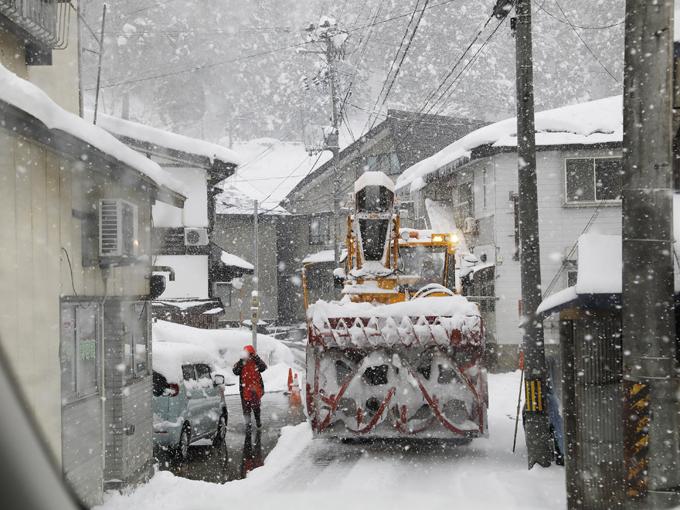 ▲雪でできた滑りやすい轍も、しっかりと四輪にトラクションがかかり続ける。ゆえに、銀山温泉付近の極度に狭い道でのすれ違いという、緊張感が増すシーンでも不安感なく走れるのだ
