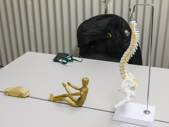 ▲試乗前、技術者から新世代車両構造技術「SKYACTIV-VA(ビークルアーキテクチャー)」の説明を受けた部屋のテーブルの上には背骨が……。なんだか病院で診察を受けているような……。オレたち何やってるんだ? というか、どこだここは……?